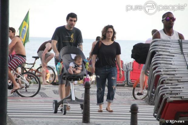 Maria Rita passeia com o marido Davi Moraes e a filha Alice em Ipanema