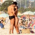 Pérola Faria curte sábado de sol em clima apaixonado com o namorado, Maurício Mussalli, na praia da Barra da Tijuca, na Zona Oeste do Rio de Janeiro, em 13 de julho de 2013