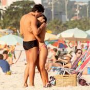 Pérola Faria curte praia aos beijos com o namorado, Maurício Mussalli