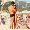 Pérola Faria e Maurício Mussalli não se intimidaram em exibir publicamente o clima apaixonado entre eles e deram muitos beijos