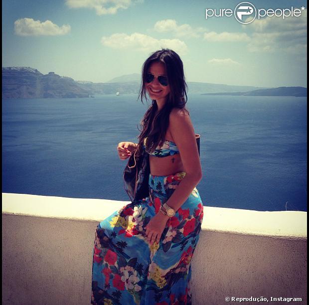 Bruna Marquezine exibe as duas novas tatuagens, uma cruz na costela e um coração no dedo anelar esquerdo, em uma foto postada na conta de Instagram da atriz, nesta quarta-feira, 17 de julho de 2013