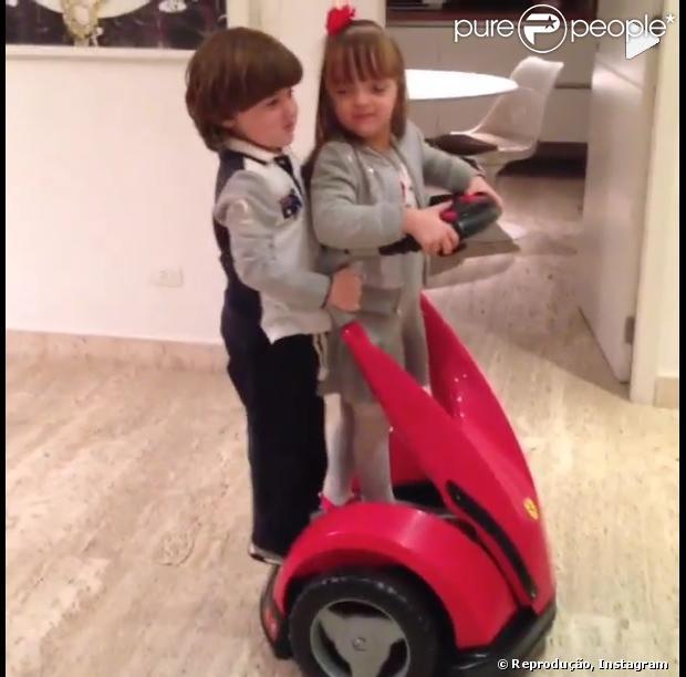 Rafaella Justus brinca com Pietro no dia do aniversário de 4 anos do filho de Otávio Mesquita, em 17 de julho de 2013