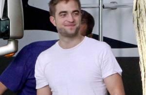 Robert Pattinson é flagrado feliz nos bastidores de filme, no Canadá