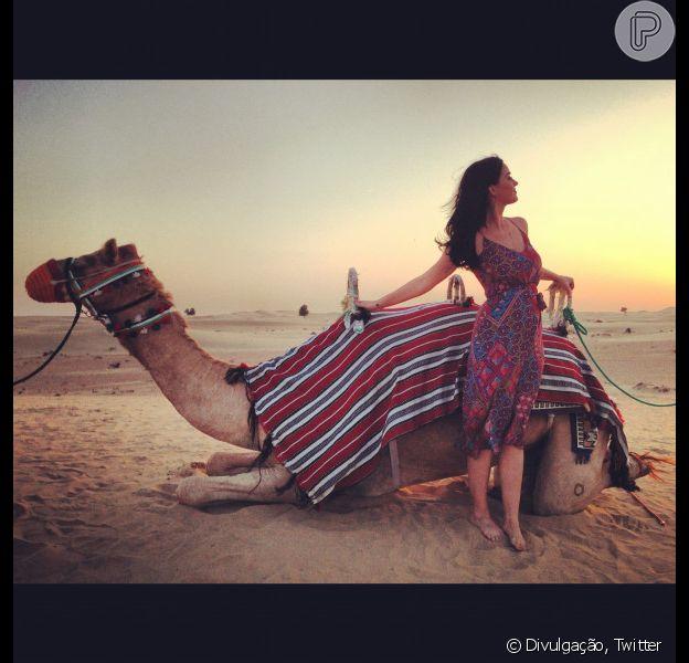 Katy Perry posa ao lado de camelo em Dubai, onde se apresentou no sábado (8), em foto divulgada pelo Twitter da cantora em 11 de dezembro de 2012