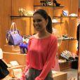Mariana Rios aproveita a vida de solteira fazendo compras