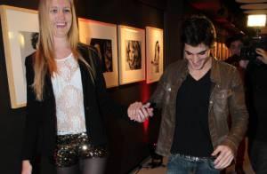 Fiuk surge de mãos dadas com loira em pré-estreia de 'Os penetras'