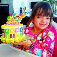 No dia de seu aniversário, comemorado em julho, Rafaella ganhou um bolo colorido da mãe