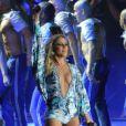 Claudia Leitte dança em palco de show com roupa decotada