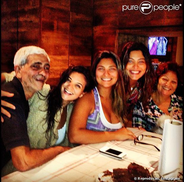 Juliana Paes reuniu a família para almoço de domingo na sua casa