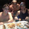 O marido de Juliana Paes, Carlos Eduardo Baptista, o cunhado Junior e o amigo Edson foram os cozinheiros do almoço