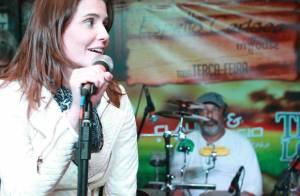 Deborah Secco, solteira, curte festa e canta em restaurante carioca