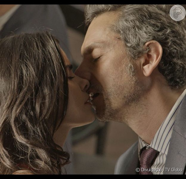 Romero (Alexandre Nero) se declara apaixonado e beija Tóia (Vanessa Giácomo), na novela 'A Regra do Jogo', em 9 de novembro de 2015