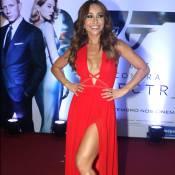 Sabrina Sato aposta em longo vermelho fendado e decotado para première de '007'