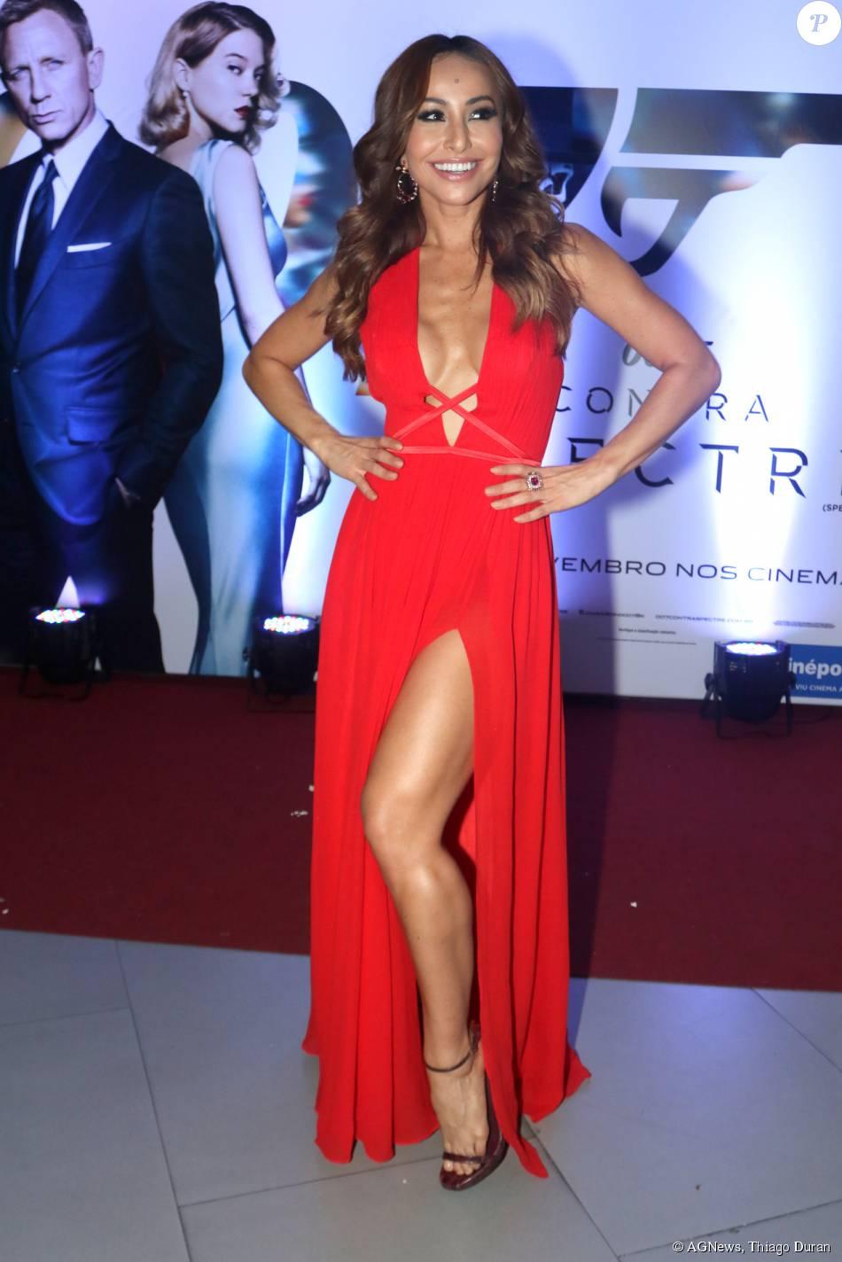 Sabrina Sato escolheu um longo vermelho fendado e decotadíssimo para a première do filme '007 Contra Spectre', em São Paulo, nesta quarta-feira, 4 de novembro de 2015