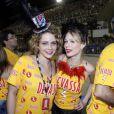 Amigas, Mariana Ximenes e Leandra Leal posaram juntas no Camarote da cervejaria Devassa no Carnaval de 2013