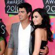 Joe e Demi Lovato posam no tapete vermelho do Kids' Choice Awards de 2010
