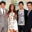 Os irmãos posaram com a cantora Demi Lovato durante a divulgação de Camp Rock 2, em agosto de 2010, em Nova York