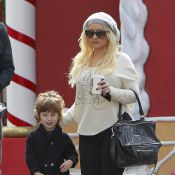 Christina Aguilera, ainda com quilinhos a mais, é flagrada em momento família