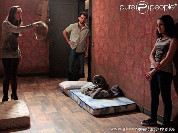 Disfarçados, Ninho (Juliano Cazarré) e Alejandra (Maria Maya) conseguem embarcar com Paulinha (Klara Castanho) para o Peru, em 'Amor à Vida', em 26 de agosto de 2013