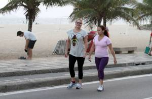 Vera Fischer caminha na orla do Rio após perder 5kg com o Vigilantes do Peso