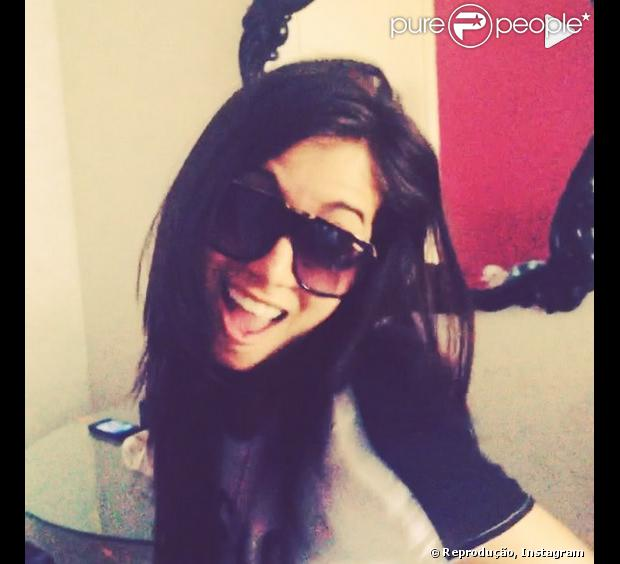Fã rouba celular de Anitta e cantora publica vídeo avisando que 'não tira fotos pelada', em 25 de agosto de 2013
