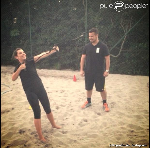 Fernanda Souza agora treina a modalidade 'CrossCore', treinamento suspenso que utiliza a sobrecarga do próprio corpo