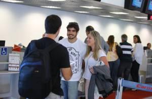 Caio Castro é cercado por fãs ao embarcar em aeroporto no Rio de Janeiro