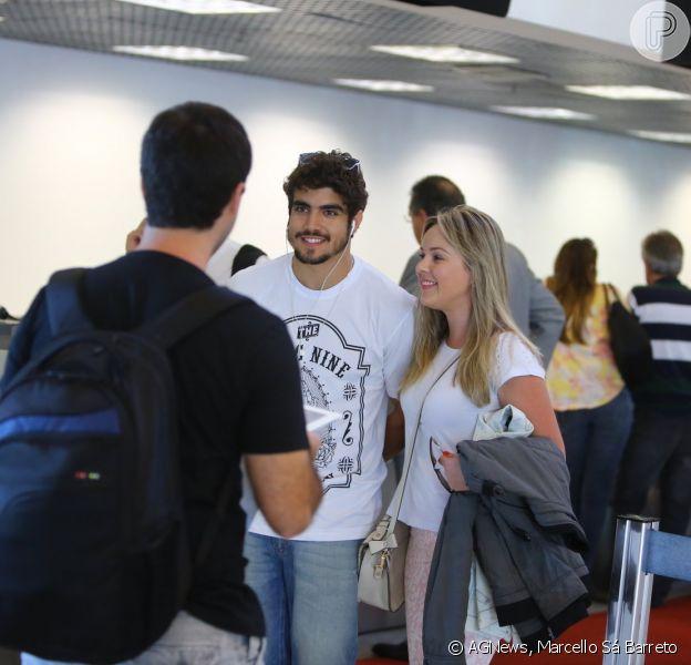 Caio Castro não passou despercebido durante embarque no aeroporto Santos Dummont, no Rio de Janeiro