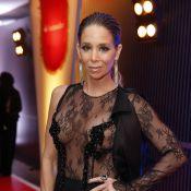 Danielle Winits usa vestido transparente em prêmio para negar que está grávida