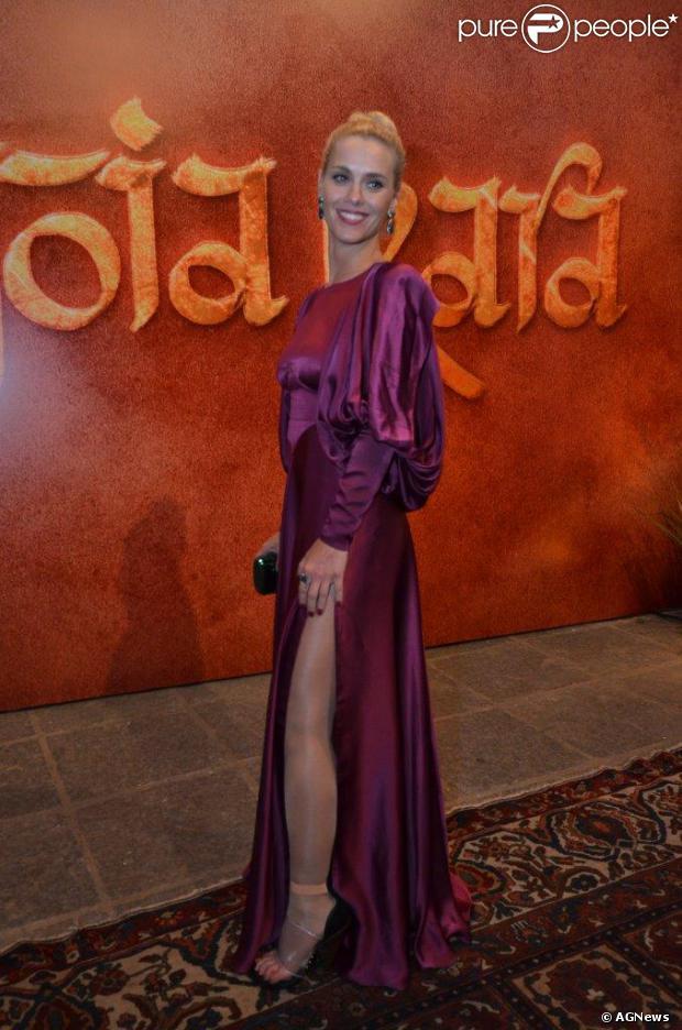Carolina Dieckmann escolheu um vestido bem original para a festa de lançamento da próxima novela das seis da TV Globo, 'Joia Rara', que aconteceu nesta quinta-feira, 5 de agosto de 2013, no Museu Histórico Nacional