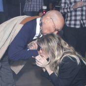 Amora Mautner ajoelha e beija mão de Nelson Xavier no lançamento de 'Joia Rara'