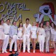 Xuxa, Paula Fernandes e Leo posam no palco do 'Natal do bem', em São Paulo, com outros participantes da festa