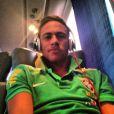 Neymar no avião, quando vinha para o Brasil jogar contra a Austrália. O craque já exibia o penteado mais discreto, com topete curto, diferente do moicano que apresentava antes quando jogava no Santos