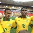 Neymar durante o hino nacional do jogo do Brasil contra a Austrália, que termino em 6 a 0. O craque segurava no colo o seu filho Davi Lucca, de 2 anos