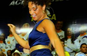 Juliana Alves, de vestido curto, exibe os pernões sambando na Unidos da Tijuca